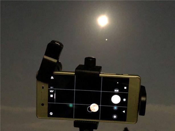 Xperia X Performanceとズームレンズと三脚で月を撮影