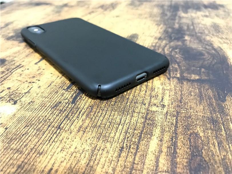 TORRAS iPhone X 専用ケース 薄型の底部には切り込みが入っている