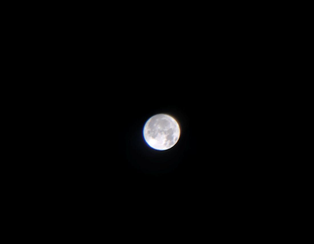 iPhoneXと望遠レンズとマニュアルカメラアプリで撮影した満月