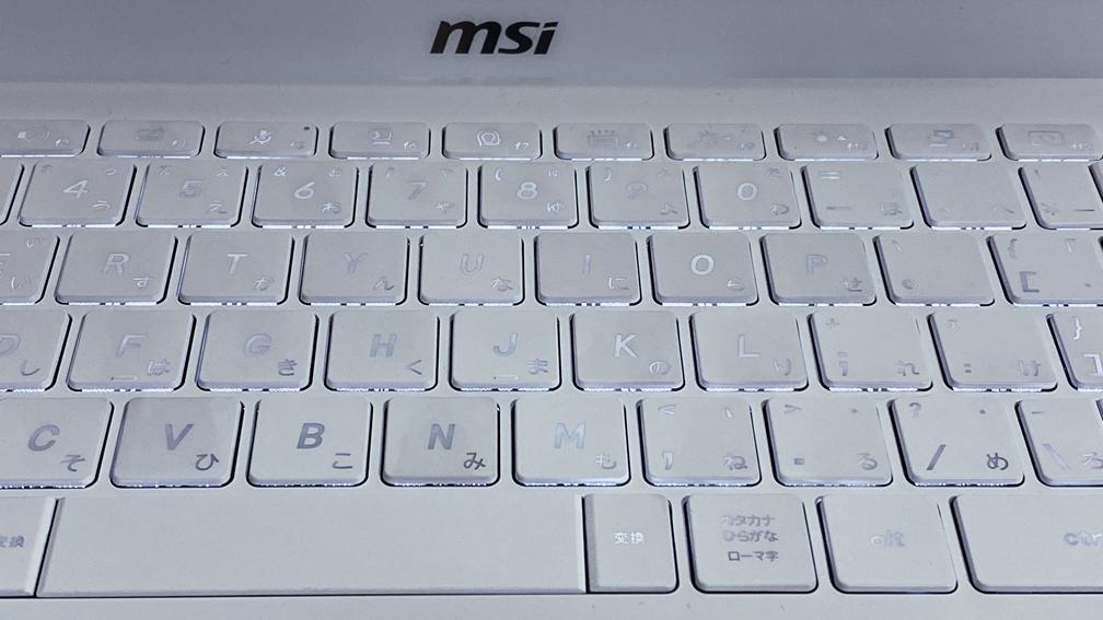 MSI Prestige 14 のキーボードバックライトを明るい場所で見る