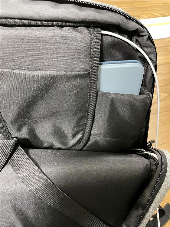 バッグの中にiPadAir4を入れてモバイルバッテリーにする